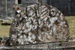 Tympan présentant Adam et Eve de part et d'autre d'un arbre, sans doute un pommier; situé sans doute au-dessus de la porte sud de l'église