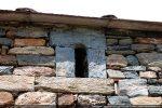 Petite fenêtre latérale remontée (mur sud)