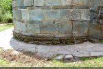 Base de l'abside: premières assises de petites pierres assurant l'horizontalité