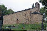 Angle sud-est. Le mur sud présente trois ouverture: une porte et deux fenêtres meurtrières