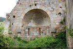 Abside percée de trois fenêtres; l'arc triomphal est encadré par deux oculi. La voûte a été reconstruite en 1980.