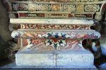 Bel autel baroque au décor en stuc lustré (imitation de la marqueterie)