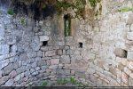 Détail de l'intérieur de l'abside avec sa rangée de trous de charpente