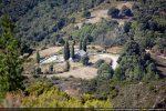 Le site de la chapelle San Lorenzo vu au téléobjectif depuis Santa Servanda de Santa Lucia di Mercurio