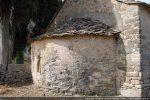 Angle nord-est: l'abside semble construite de pierres éclatées et peu taillées pouvant dater du 9e siècle