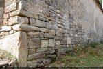 Détail de l'angle nord-est: appareillage composé de pierres importantes alternant avec des pierres moyennes