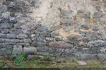 Mur nord: traces de reconstruction avec remploi de pierres anciennes