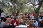 Messe en plein air sous les oliviers