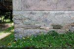 Traces d'un décor floral peint et, sous le crépi, un appareillage de pierres éclatée suggérant une datation du 6e siècle (Moracchini-Mazel)