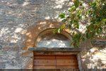 La porte est surmontée d'une architrave monolithe en arc en plein ceintre